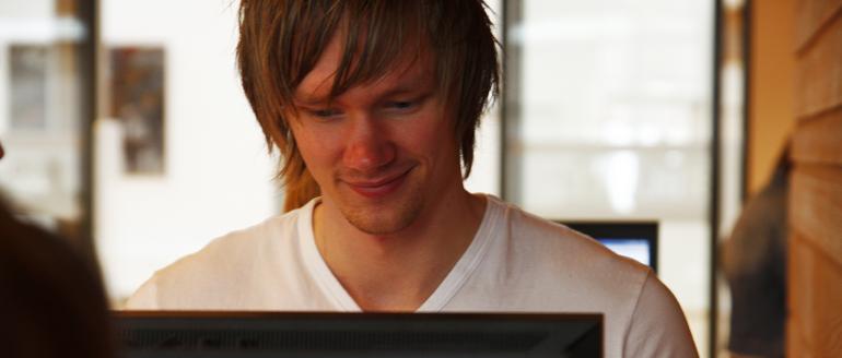 Student ved pc-skjerm