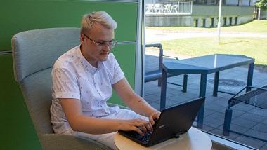 Student som bruker Zotero