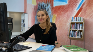 Studentvakt Heidi i skranken på campus Porsgrunn
