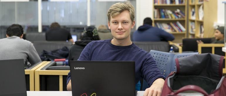 Student arbeider på PC